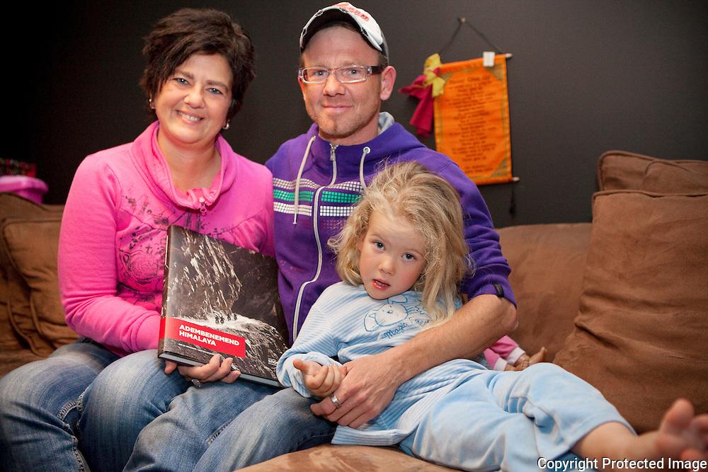 370497-Dave Anthonis met vrouw en dochter, Kristel Cooreman en Manouk Anthonis-Dave is al 10 jaar mucopatiënt en staat in nieuw boek ten voordelen van muco-organisatie-Kerkstraat 88 Massenhoven