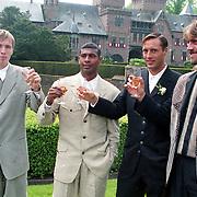 NLD/Haarzuilens/19940517 - Huwelijk Rob Witschge en Barbara van den Boogaard in kasteel Haarzuilen, Richard Witschge, Aron Winter, Johnny van 't Schip en John de Wolf