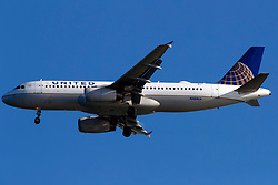Airbus A320-232 (N484UA) operated by United Airlines on approach to San Francisco International Airport (SFO), San Francisco, California, United States of America