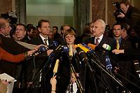 15 DEC 2003, BERLIN/GERMANY:<br /> Guido Westerwelle, FDP Bundesvorsizender, Angela Merkel, CDU Bundesvorsitzende, und Edmund Stoiber, CSU, Ministerpraesident Bayern, (v.L.n.R.), spiegeln sich in einem runden Spiegel an der Decke der Wandelhalle, waehrend der Pressekonferenz zu den Ergebnissen der Sitzung des Vermittlungsausschusses, Bundesrat<br /> IMAGE: 20031215-01-029<br /> KEYWORDS: Pressestatement, Mikrofon, microphone, Journalist, Journalisten