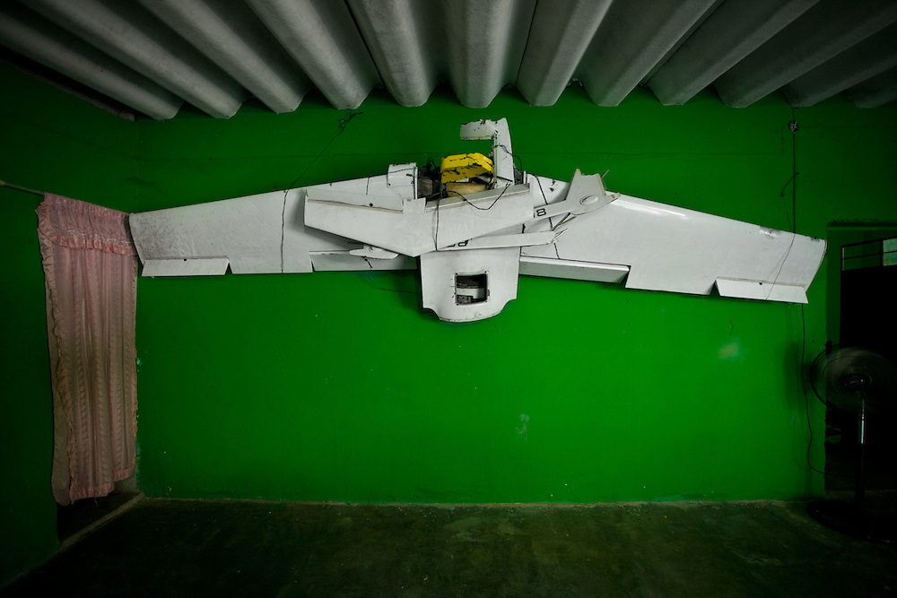 A government drone which was spying on the activities of the FUSDEG community police fell down for unknown reasons. It is now displayed as a trophy in the community police base in Ocotito, Guerrero.