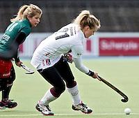 AMSTELVEEN - HOCKEY - Sophie Polkamp van Amsterdam (r) met Sophie Bray van MOP tijdens de hoofdklasse hockeywedstrijd tussen de vrouwen van Amsterdam en MOP (2-0). FOTO KOEN SUYK