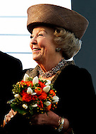 DAG 2 STAATSBEZOEK LUXEMBURG - Koningin Beatrix, groothertog Henri van Luxemburg en groothertogin Maria Teresa worden door de Luxemburgse minister-president Jean-Claude Juncker (L) ontvangen op Chateau Bourglinster. De koningin is in Luxemburg voor een driedaags staatsbezoek.