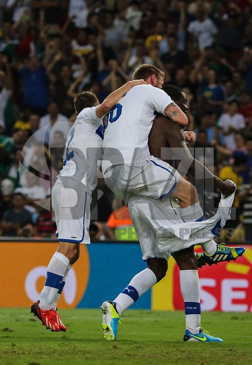RIO DE JANEIRO, RJ, 16 JUNHO 2013 - COPA DAS CONFEDERACOES - MEXICO X ITALIA  - jogadores da Italia comememoram gol de Baloteri durante a partida entre Mexico x Itália, válida pela primeira rodada da Copa das Confederações, no Estádio do Maracanã, no Rio de Janeiro, neste domingo.16. (FOTO: VANESSA CARVALHO/ BRAZIL PHOTO PRESS).