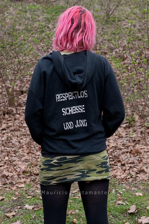 Unter der Kersten-Miles-Br&uuml;cke wohnt seit Monaten eine Gruppe obdachloser Punks. Zu Besuch bei den Jugendlichen. Unter der Kersten-Miles-Br&uuml;cke wohnt seit Monaten eine Gruppe obdachloser Punks. Mascha ist 20 Jahre alt und lebt schon l&auml;nger unter der <br /> Brücke. RESPEKTLOS, SCHEISSE UND JUNG steht auf ihrem Pullover. Hamburg 2010
