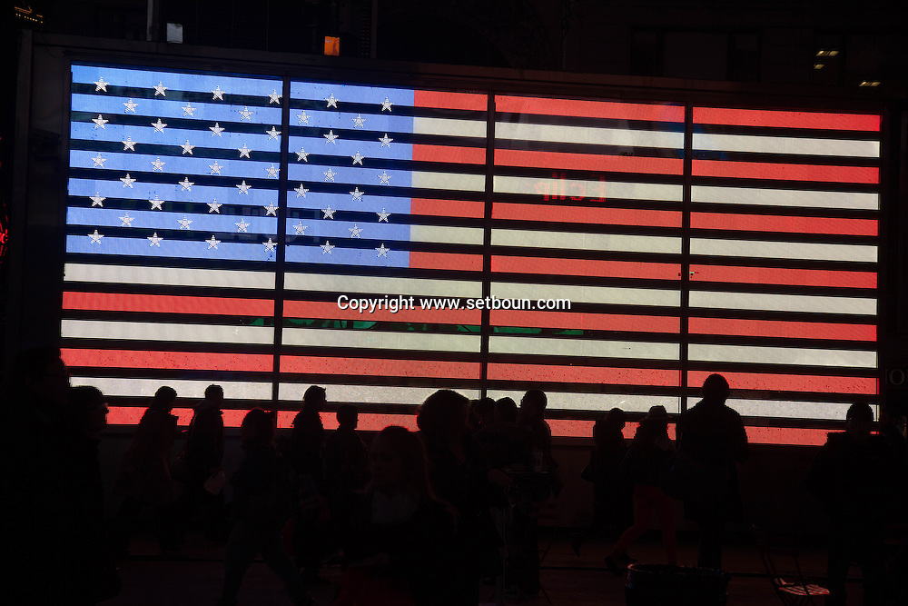 New york times square and broadway , giant american flag  / drapeau americain geant et lumineux a Times square et broadway