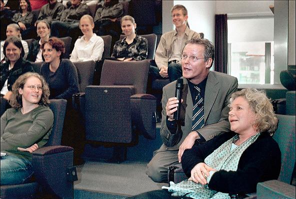 Nederland, Nijmegen, 14-9-2001Netwerk en KRO presentator Fons van de Poel leidt een mini symposium voor medisch studenten over de media en gezondheidszorg, tijdens het lustrum van het UMC-Radboud. Foto: Flip Franssen/Hollandse Hoogte