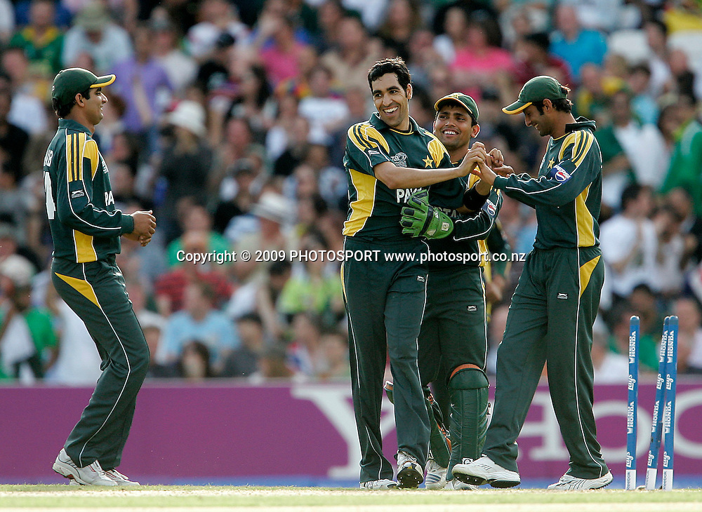 Pakistan's Umar Gul is congratulated by team mates after taking 5 wickets during the ICC World Twenty20 Cup match between the New Zealand Black Caps and Pakistan at the Oval, London, England, 13 June, 2009. Photo: PHOTOSPORT