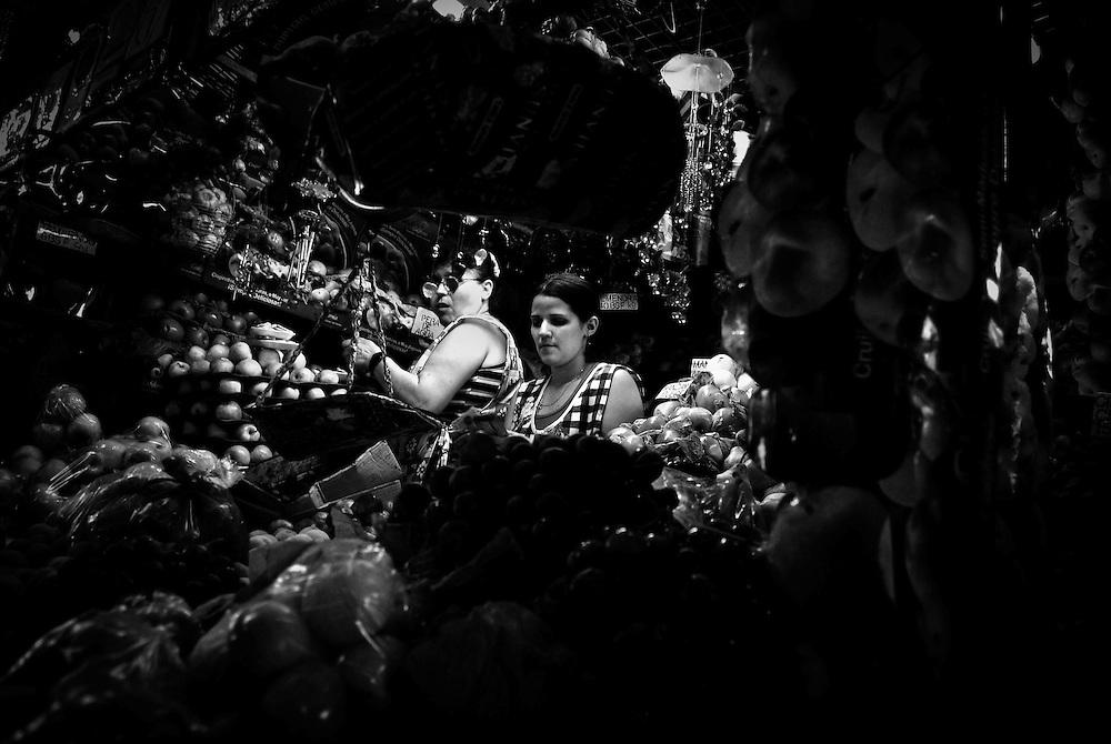 URBE SIGILOSA.Photography by Aaron Sosa.Quinta Crespo Market / Mercado de Quinta Cresto, Caracas - Venezuela 2009.(Copyright © Aaron Sosa)