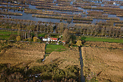 Nederland, Utrecht, Breukelen, 25-11-2008; landarbeidershuisje op de grens van het natuurreservaat De Veenderijhet watergebied in de achtergrond is ontstaan door vervening, zgn. trekgatencountry cottage on the border of the nature reservelandelijk wonen, rust, stilterural living, peace, silence.  .luchtfoto (toeslag)aerial photo (additional fee required).foto Siebe Swart / photo Siebe Swart