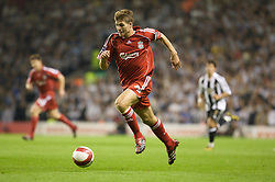 LIVERPOOL, ENGLAND - WEDNESDAY, SEPTEMBER 20th, 2006: Liverpool's Steven Gerrard in action against Newcastle United during the Premiership match at Anfield. (Pic by David Rawcliffe/Propaganda)