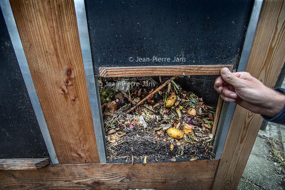 Nederland, Amsterdam, 2 augustus 2016.<br /> Biologische compost en (tuin)aarde zijn schaars en kostbaar. Waarom het waardevolle biologische-gft weggooien en vervolgens dure compost kopen voor de (moes)tuin?<br /> Nog lang niet al het groente-, fruit- en tuinafval (gft) wordt gescheiden opgehaald. Maar ook wanneer dat wel gebeurt, eindigt het afval van onze biologische producten op de grote hoop, samen met het normale gft. Gft van met zorg gekweekte biologische teelt wordt zo gemend met gft dat wel chemische bestrijdingsmiddelen bevat. De meerwaarde van het biologisch gft wordt teniet gedaan.<br /> Le Compostier zamelt bio-gft in, gft van de biologische horeca. Om zo te voorkomen dat dit verloren gaat. Dit wordt naar buurtmoestuinen gebracht in de directe omgeving en gecomposteerd. Er onstaat een mooie biologische compost, Stadscompost.<br /> Op de foto: Oprichter Rowin Snijder bij een compostbak aan de Joseph Israelkade.<br /> <br /> <br /> The Netherlands, Amsterdam, 2 august 2016.<br /> Biologically produced compost and soil are prescious and costly. Why would we throw away valuable organical waste and than go and buy expensive compost for the vegetable garden? Le Compostier is collecting only the organical waste of ecologically produced crops. This will be taken to community gardens to be composted there. The eco-Urban Compost will be used to grow food in the city.<br /> The circle is closed.<br /> <br /> Foto: Jean-Pierre Jans