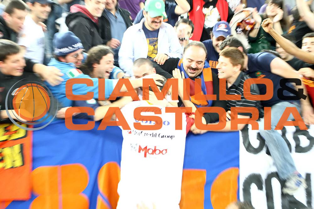 DESCRIZIONE : Roma Lega A 2009-10 Lottomatica Virtus Roma Montepaschi Siena<br /> GIOCATORE : Alessandro Tonolli<br /> SQUADRA : Lottomatica Virtus Roma <br /> EVENTO : Campionato Lega A 2009-2010 <br /> GARA : Lottomatica Virtus Roma Montepaschi Siena<br /> DATA : 21/03/2010<br /> CATEGORIA : esultanza tifo fan supporter tifosi<br /> SPORT : Pallacanestro <br /> AUTORE : Agenzia Ciamillo-Castoria/ElioCastoria<br /> Galleria : Lega Basket A 2009-2010 <br /> Fotonotizia : Roma Campionato Italiano Lega A 2009-2010 Lottomatica Virtus Roma Montepaschi Siena<br /> Predefinita :
