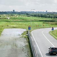 Nederland Delft 17-09-2010 20100917     A4 Delft - Schiedam wordt definitief verlengd,  er  is begin deze maand officieel besloten tot de aanleg van het stuk snelweg waarover zo'n vijftig jaar is gesproken. Rijkswaterstaat en het ministerie van VWS hebben dat laten weten.Over de nieuwe verkeersader wordt al decennialang gesteggeld, vooral omdat de weg het natuurgebied Midden-Delfland doorboort...De zeven kilometer asfalt tussen Delft en Schiedam doorkruist straks verdiept of via een tunnel het natuurgebied tussen de twee steden. Het belangrijkste pluspunt is dat de A13 wordt ontlast. Op rijksweg A13 staat dagelijks de voor de economie schadelijkste file van Nederland. Met het project A4 Delft-Schiedam willen lokale en regionale overheden en het Rijk de problemen rond bereikbaarheid en leefbaarheid op en rond de A13 en de A4 Delft-Schiedam oplossen, ook de bereikbaarheid van de Maasvlakte wordt zo verbeterd. Randstad.  ontlasting wegennet. Midden Delftland. , roads, route, ruimte, ruimtelijk, ruimtelijke omgeving, ruimtelijke ordening, ruimtelijke planning, ruimtelijke visie, ruraal, rurale omgeving, rustiek, rustieke, rustieke omgeving, rustig, rustige, schadelijk, schadelijk voor milieu, schaden, snelweg, snelwegen, spoor, stil, terrein, toekomst, toekomstige plannen, toekomstplannen, tracé, traject, transport, uitgestrektheid, uitlaatgassen, verbinding, verbindingen, vergezicht, vergezichten, verkeer en vervoer, verkeer en waterstaat, verkeersader, verkeersaders, verkeersdruk, verkeersnet, vernieuwing, vervoer, vewezenlijken, weg, wegen, wegenbouw, wegennet, wegnet, wegverbinding, wei, weide, wijds, wijdsheid