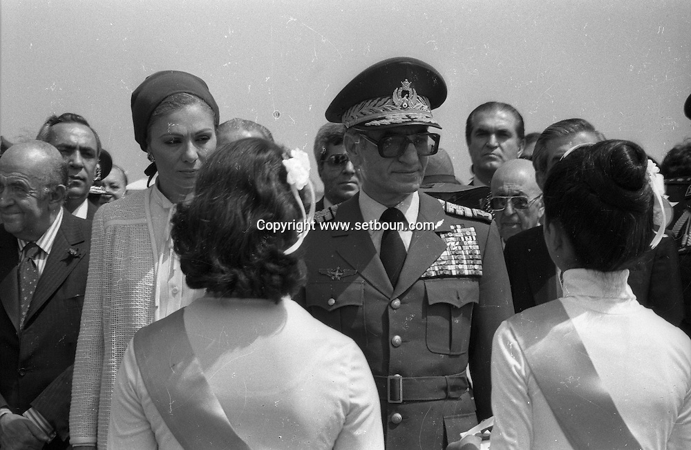Iran - The royal family . the shah of Iran, Mohamed reza palhavi, and farah diba. visit in Machad - Mashad - Meched- arrival at the airport and military parade  Tehran - Iran   /// visite de la famille impériale le chah dIran et limpératrice Farah Diba a Meched,  arrivee et defile militaire  Teheran - Iran  /// IRAN24293 01 The royal family . the shah of Iran, Mohamed reza palhavi, and farah diba. visit in Machad arrival at the airport and military parade  Tehran - Iran   /// visite de la famille impériale le chah dIran et limpératrice Farah Diba a Meched,  arrivee et defile militaire  Teheran - Iran  /// IRAN24293 01
