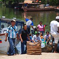 Gente enmbarcandose en el Puerto de Samariapo, estado Amazonas, Venezuela. ©Jimmy Villalta