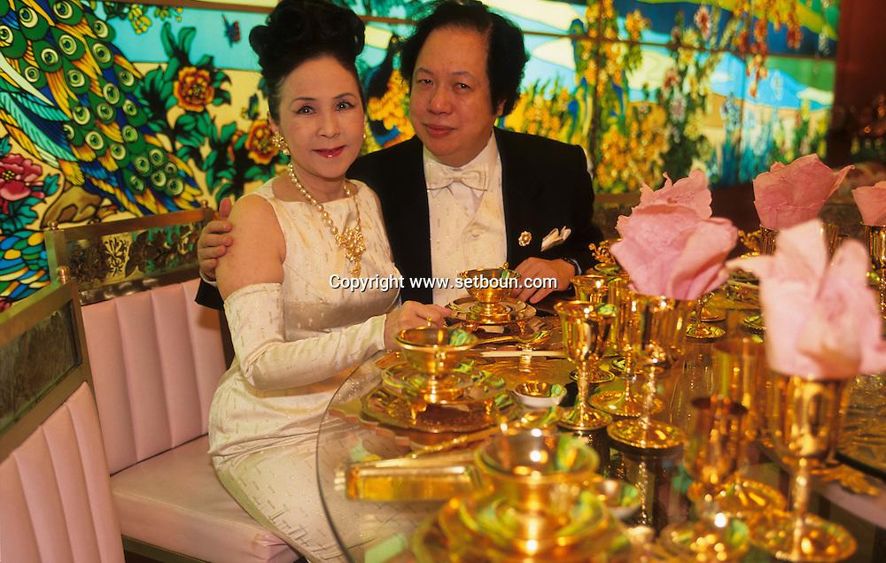 """Hong Kong. the tycoons Kai Bong and Brenda Chau, in their house """"villa de Oro"""" where everything is in gold or color gold.    /  Kai Bong et Brenda Chau: intérieur de leur  maison? la villa de oro"""", la salle a manger  en or:    1    L3402  /  R00225  /  P0006070"""