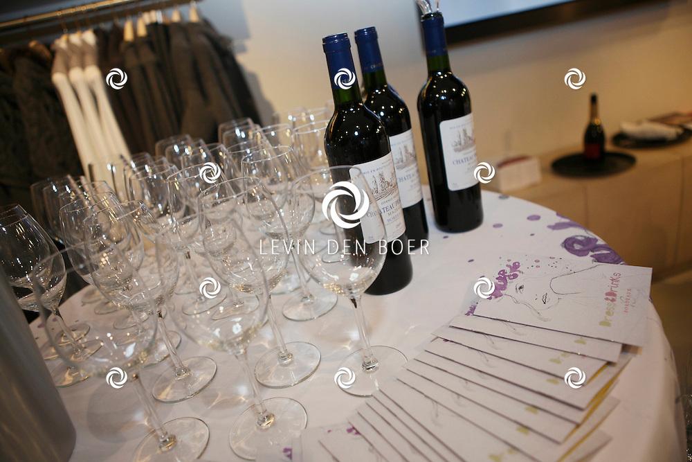 AMSTERDAM - In de PC Hooftstraat bij de bekende winkel OGER werd een Dress en Drinks evenement gehouden. De nieuwste collectie van Oger werd gepresenteerd en gelijk ook de daarbij behorende Chateau wijnen. Met op de foto drie flessen Chateau Pradeau Mazeau Bordeaux. FOTO LEVIN DEN BOER - PERSFOTO.NU