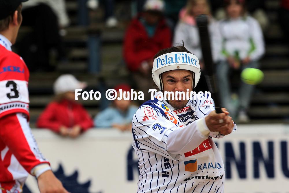 15.5.2011, Saarikentt?, Vimpeli..Superpesis 2011, Vimpelin Veto - Koskenkorvan Urheilijat..Antti Kuusisto - Vimpeli.©Juha Tamminen.