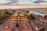 Die Semperoper in Dresden gilt als eines der schönsten Theaterhäuser und renommiertesten Orchester weltweit, als Heimstätte. Erbaut zwischen 1838 und 1841 von Gottfried Semper.