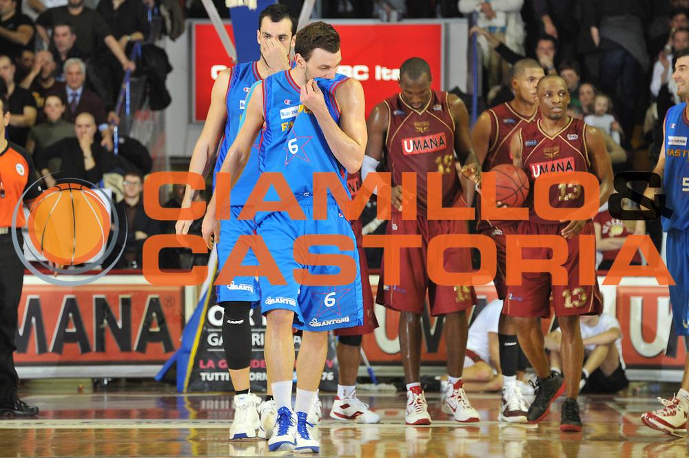 DESCRIZIONE : Venezia Lega Basket A2 2010-11 Umana Reyer Venezia Fastweb Casale Monferrato<br /> GIOCATORE : Stefano Gentile<br /> SQUADRA : Umana Reyer Venezia Fastweb Casale Monferrato <br /> EVENTO : Campionato Lega A2 2010-2011<br /> GARA : Umana Reyer Venezia Fastweb Casale Monferrato<br /> DATA : 13/02/2011<br /> CATEGORIA : Delusione<br /> SPORT : Pallacanestro <br /> AUTORE : Agenzia Ciamillo-Castoria/M.Gregolin<br /> Galleria : Lega Basket A2 2010-2011 <br /> Fotonotizia : Venezia Lega A2 2010-11 Umana Reyer Venezia Fastweb Casale Monferrato<br /> Predefinita :