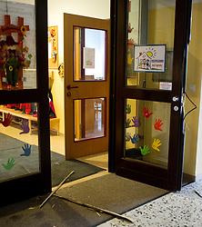 30.09.2010, Kindergarten Ungarviertel, Wiener Neustadt, AUT, Chronik, Einbruch im Kindergarten und Schule Ungarviertel, im Bild aufgebrochen Kindergartentuer, EXPA Pictures 2010, PhotoCredit: EXPA/ S. Trimmel