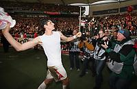 Fotball<br /> Tyskland<br /> Foto: Witters/Digitalsport<br /> NORWAY ONLY<br /> <br /> 08.03.2008<br /> <br /> Mario Gomez VfB wirft sein Trikot zu den Fans<br /> Bundesliga VfB Stuttgart - SV Werder Bremen
