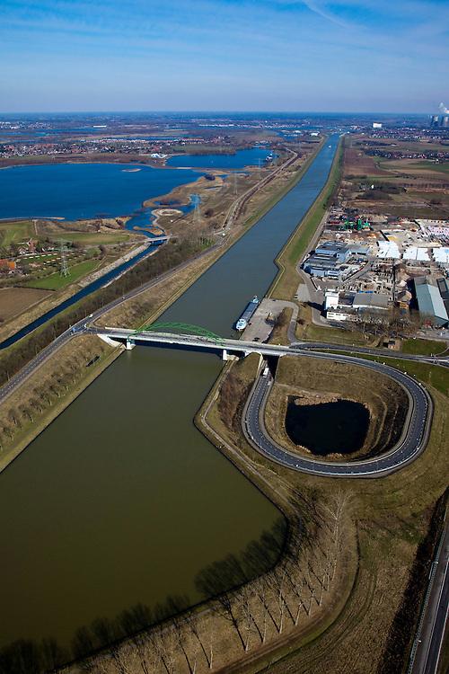 Nederland, Limburg, Gemeente Maasgouw,, 07-03-2010; brug over het Julianakanaal.tussen Ohe & Laak en Echt. Het kanaal aangelegd in het kader van de Maaskanalisatie ligt tussen dijken en op een aanmerkelijk hoger niveau dan de Maas (links) en de snelweg A2 (oprit rechts). Links van het kanaal een zandwinplas en een arm van de Oude Maas. Foto in Noordelijke richting, Maasbracht aan de horizon.Bridge over the Juliana Canal between Ohe & Laak and Echt. The canal was  was built as part of the Meuse Canalization and lies - between dikes - significantly higher than the Meuse (left) and the A2 highway (ramp, right)..luchtfoto (toeslag), aerial photo (additional fee required).foto/photo Siebe Swart