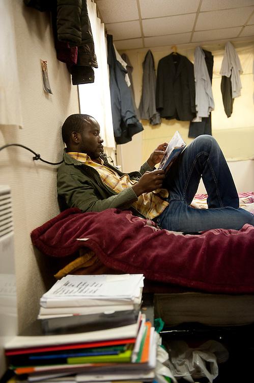 Mohammed, 22 jaar, studeert voor zijn Franse les op zondag, in een gemeenschappelijke slaapkamer in een kraakpand. Sinds 2011 wonen 150 Afrikaanse migranten in een voormalige fabriek in de Parijse voorstand Montreuil, omdat ze illegaal in Frankrijk verblijven, kunnen ze geen woonruimte huren. In het 450 m2 grote pand wonen jonge mannen uit Malië, Ivoorkust, Bukina Faso, Niger.