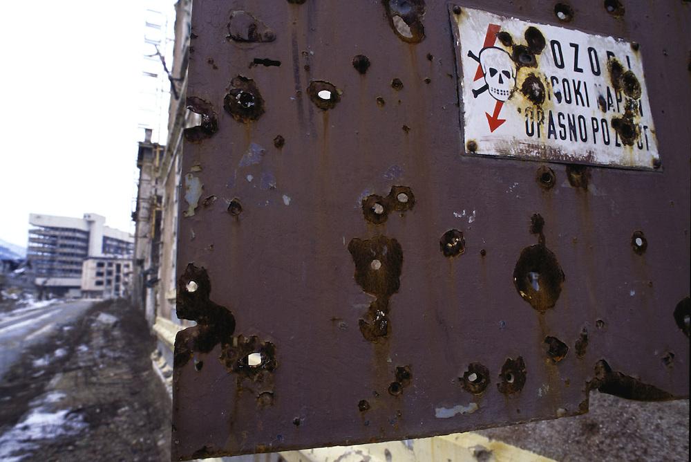 BALKAN - Ehemaliges Jugoslawien: BOSNIEN.Im kroatischen Westteil  von MOSTAR: ehemalige.Frontlinie zwischen Muslimen und Kroaten....12.02.1996.©  christian  JUNGEBLODT.