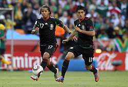 11.06.2010, Soccer City Stadium, Johannesburg, RSA, FIFA WM 2010, Südafrika (RSA) vs Mexico (MEX), im Bild Giovani dos Santos of Mexico & Carlos Vela of Mexico in action, EXPA Pictures © 2010, PhotoCredit: EXPA/ IPS/ Mark Atkins