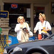 Willeke Alberti en vriendin winkelend in Laren