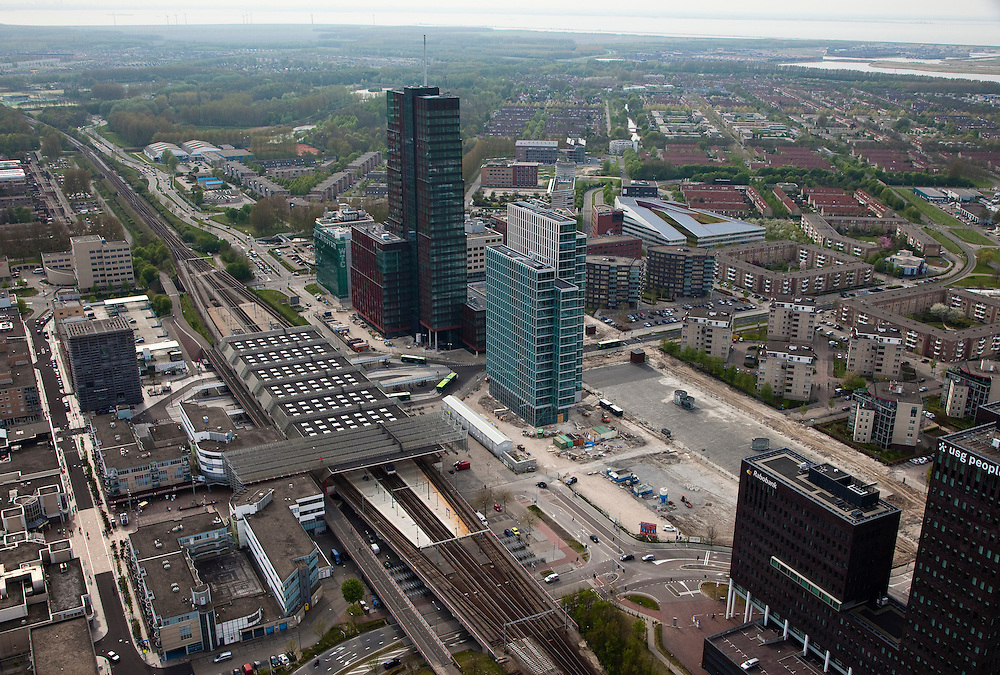 Nederland, Flevoland, Almere, 28-04-2010. Stadshart, omgeving station, stadshart, met onder in beeld kantoren van de Rabobank en USG (Wervings- en selectiebureau), rechts naast het station WTC Alnovum (World Trade Center Almere Area)..City center, near railway station, including offices of the Rabobank and USG (Recruitment and selection agency), to the right of the station Alnovum WTC (World Trade Center Almere Area)..luchtfoto (toeslag), aerial photo (additional fee required).foto/photo Siebe Swart