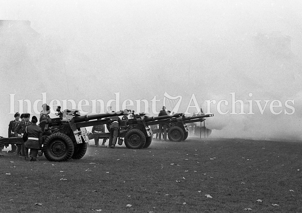 2nd Field Arttillery Regiment, 21 Gun Salute at Collins Barracks in Honour of the New President Mary Robinson the first Female President of Ireland, 03/12/1990 (Part of the Independent Newspapers Ireland/NLI Collection).