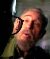 """Fidel Castro, Presidente de Cuba, centro, conversa con la prensa sobre la preparacion para enfrentar los posibles danos que pueda ocacionar el huracan """"Isidore"""" en su paso por Cuba, 20 de Septiembre del 2002, la Habana, Cuba. Luego de participar en la clausura del octavo congreso de la Asociacion de Economistas de America Latina y el Caribe, en el Palacio de las Convenciones en la Habana, Castro accedio a hablar con la prensa. (AP Photo/Cristobal Herrera)"""