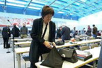 18 DEC 2003, BERLIN/GERMANY:<br /> Sigrid Skarpelis-Sperk, MdB, SPD, Mitglied des Parteivorstandes, packt ihre Tasche aus, vor Beginn der SPD Fraktionsitzung, Deutscher Bundestag<br /> IMAGE: 20031218-01-019<br /> KEYWORDS: Sitzung