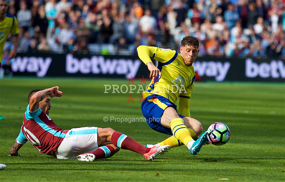 LONDON, ENGLAND - Saturday, April 22, 2017: Everton's Ross Barkley2 in action against West Ham United during the FA Premier League match at the London Stadium. (Pic by David Rawcliffe/Propaganda)