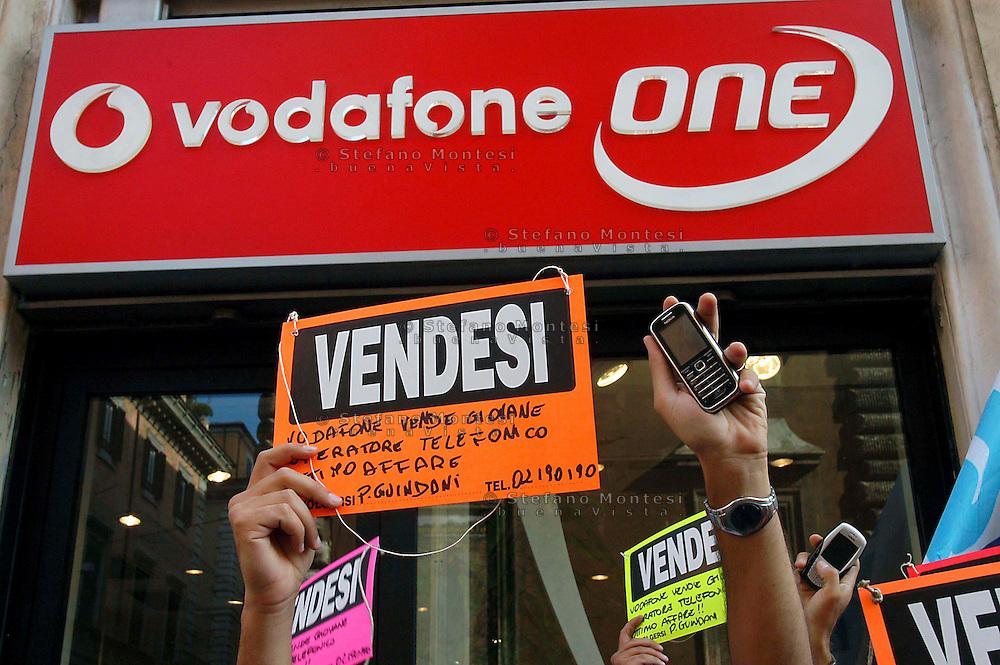 Roma   22 Settembre  2007.Manifestazione dei lavoratori della Vodafone con la vendita di 914 lavoratori ad un altra societa', davanti al negozio Vodafone in Piazza San Lorenzo in Lucina.
