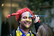 MILANO, ITALIEN - 2017-11-13: Den svenske supportern Mattias Engdahl f&aring;r ansiktet m&aring;lat p&aring; Corso Como inf&ouml;r FIFA 2018 World Cup Qualifier Play-Off matchen mellan Italen och Sverige p&aring; San Siro Stadium den 13 November, 2017 i Milano, Italien. <br /> Foto: Nils Petter Nilsson/Ombrello<br /> ***BETALBILD***