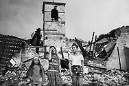 Visso, Italia - La famiglia Martini. Da sinistra: Meila, Rita e Tatiana. La famiglia Martini &egrave; l'unica che &egrave; tornata a vivere nella propria casa dopo il terremoto.<br /> Ph. Roberto Salomone