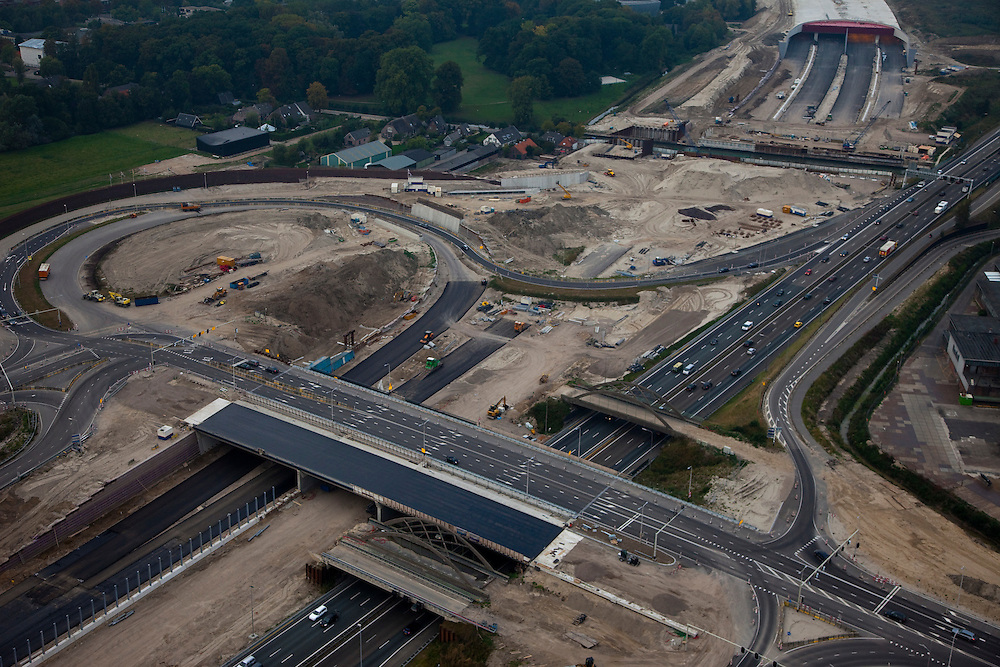 Nederland, Utrecht, Hooggelegen, 19-09-2009; reconstructie van verkeersknooppunt (rotonde) Hooggelegen in verband met de aanleg van de landtunnel van de A2. De karakteristieke betonnen boogbruggen verdwijnen..Het nieuwe viaduct wordt gebouwd met behulp van voorgespannen beton.Reconstruction of road junction (roundabout) because of the construction of the A2 land tunnel. The characteristic concrete arch bridges disappear..The new viaduct is built using prestressed concrete.luchtfoto (toeslag), aerial photo (additional fee required).foto/photo Siebe Swart