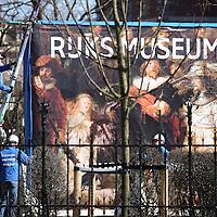 Nederland, Amsterdam , 27 maart 2013. .De Nachtwacht is vandaag teruggehangen in het hoofdgebouw van het Rijksmuseum. Het schilderij van Rembrandt hing de afgelopen 9 jaar in de Philipsvleugel vanwege de verbouwing van het museum..Het schilderij hangt weer op zijn oude plek, aan het eind van de Eregalerij in de Nachtwachtzaal. Het Rijksmuseum gaat op 13 april weer open voor het publiek..After 10 years of renovation, the Night Watch by Rembrandt is put back in place in the new Rijksmuseum..Après 10 années le Nachtwacht de Rembrandt a été transporté vers la direction de sa propre place dans la salle de Philips..Foto:Jean-Pierre Jans
