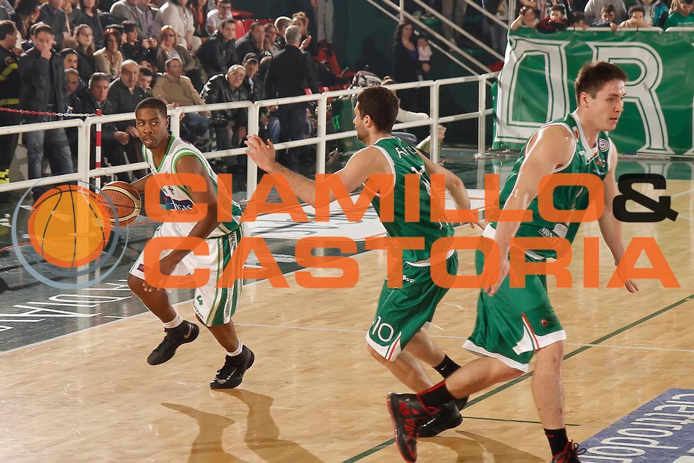 DESCRIZIONE : Avellino Lega A 2012-13 Sidigas Avellino Montepaschi Siena<br /> GIOCATORE : Jimmy Lee Hunter<br /> CATEGORIA : palleggio<br /> SQUADRA : Sidigas Avellino<br /> EVENTO : Campionato Lega A 2012-2013 <br /> GARA : Sidigas Avellino Montepaschi Siena<br /> DATA : 01/04/2013<br /> SPORT : Pallacanestro <br /> AUTORE : Agenzia Ciamillo-Castoria/A. De Lise<br /> Galleria : Lega Basket A 2012-2013  <br /> Fotonotizia : Avellino Lega A 2012-13 Sidigas Avellino Montepaschi Siena