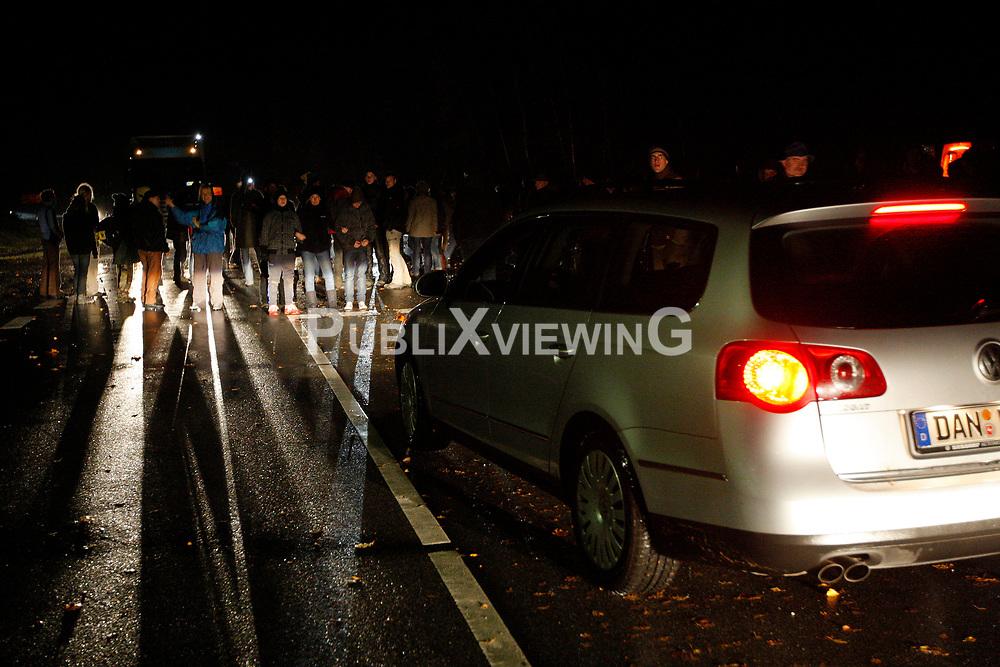 Traditionell l&auml;utet die so genannte &quot;Landmaschinenschau&quot; des Widerstandsnests Metzingen die Proteste gegen die Atomm&uuml;lltransporte ins Wendland ein. Rund 300 Castorgegner protestierten am Abend vor der Abfahrt des Zuges und blockierten rund eine Stunde die B 216 zwischen L&uuml;neburg und Dannenberg. <br /> <br /> Ort: Metzingen<br /> Copyright: Andreas Conradt<br /> Quelle: PubliXviewinG