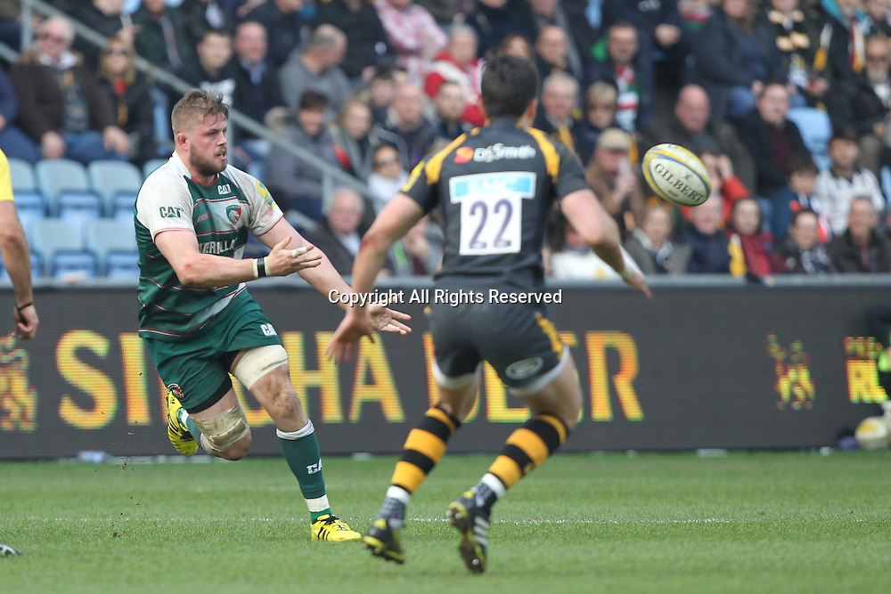 12.03.2016. Ricoh Arena, Coventry, England. Aviva Premiership. Wasps versus Leicester Tigers. Tigers captain Ed Slater spins the ball out wide.