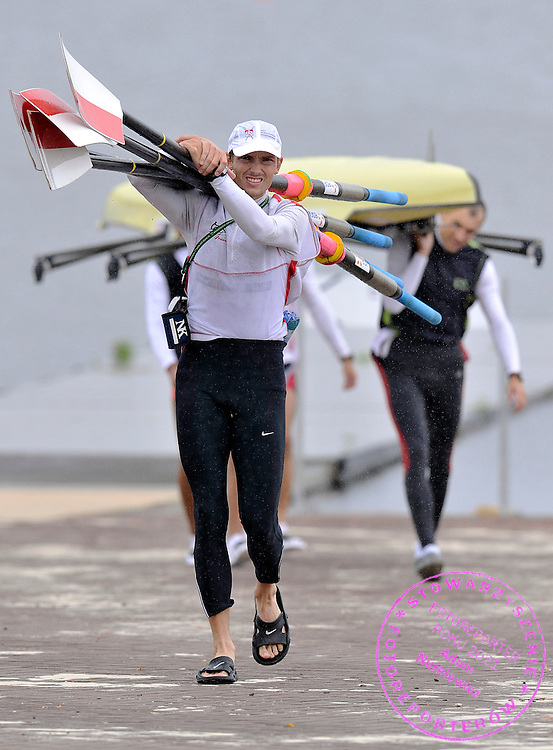 (L) PAWEL RANDA (POLAND) CARRIES OARS AFTER TREINING SESSION IN MEN'S LIGHTWEIGHT FOUR THREE DAYS BEFORE REGATTA EUROPEAN ROWING CHAMPIONSHIPS IN MONTEMOR-O-VELHO, PORTUGAL...PORTUGAL , MONTEMOR-O-VELHO , SEPTEMBER 7, 2010..( PHOTO BY ADAM NURKIEWICZ / MEDIASPORT ).
