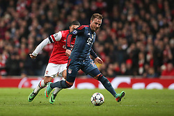 19.02.2014, Emirates Stadion, London, ENG, UEFA CL, FC Arsenal vs FC Bayern Muenchen, Achtelfinale, im Bild Mario Goetze (FC Bayern Muenchen #19) gegen Alex Oxlade-Chamberlain (Arsenal FC #15), Aktion, Action // during the UEFA Champions League Round of 16 match between FC Arsenal and FC Bayern Munich at the Emirates Stadion in London, Great Britain on 2014/02/19. EXPA Pictures © 2014, PhotoCredit: EXPA/ Eibner-Pressefoto/ Schueler<br /> <br /> *****ATTENTION - OUT of GER*****