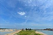 Nederland, Nijmegen, 25-6-2015 De nevengeul aan de overkant van de Waal bij Lent nadert zijn voltooiing. Grootste onderdeel van de vele werken van Rijkswaterstaat om bij hoogwater een betere waterafvoer in de rivier te hebben. Bij de nieuwe recreatiekade. Het is een omvangrijk project waarbij onder meer de pijlers van het spoorviaduct een bredere basis kregen omdat die straks in de loop van het water staan. Ook de n325 die vanaf de Waalbrug naar Arnhem loopt ist over 400 meter opnieuw worden aangelegd omdat het talud vervangen wordt door een nieuwe brug met drie gracieuze pijlers. De weg werd via een bypass omgeleid. Het dorp veurlent komt op een kunstmatig eiland te liggen met twee bruggen als ontsluiting. Een voetgangersbrug en een andere, de Promenadebrug, voor normaal verkeer. Inmiddels begint de nieuwe kade aan de noordkant van deze geul vorm te krijgen. Ruimte voor de rivier, water, waal. In de nieuwe dijk wordt een drempel gebouwd die stapsgewijs water doorlaat en bij hoogwater overloopt.The Netherlands, Nijmegen Measures taken by Nijmegen to give the river Waal, Rhine, more space to flow during highwater and to prevent the risk of flooding. Room for the river. Reducing the level, waterlevel. Large project to create a new paralel gully, an extra flow of water, so the river can drain more water during highwater. Due to climate change and expected rise, increase of the sealevel, the Dutch continue to protect their land from the water.Foto: Flip Franssen/Hollandse Hoogte