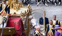 Nederland. Den Haag, 16 september 2008.<br /> Prinsjesdag.<br /> Koningin Beatrix verlaat het Binnenhof. Gouden Koets.Lakei, lakeien<br /> Foto Martijn Beekman<br /> NIET VOOR PUBLIKATIE IN LANDELIJKE DAGBLADEN.