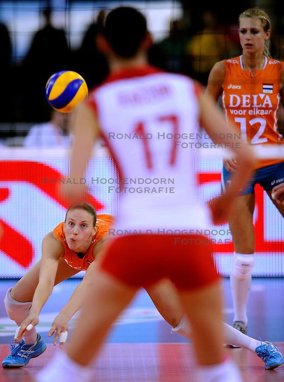 27-09-2009 VOLLEYBAL: EUROPEES KAMPIOENSCHAP NEDERLAND - POLEN: LODZ<br /> De Nederlandse volleybalsters zijn vooralsnog onklopbaar op het EK. Na de ruime zeges op Kroatie en Spanje werd ook gastland Polen met grote overmacht opzij geschoven: 25-18, 25-13, 25-23 / Chaine Staelens<br /> &copy;2009-WWW.FOTOHOOGENDOORN.NL